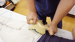 器具を使用した、仙腸関節の矯正(体格の大きな方の場合)