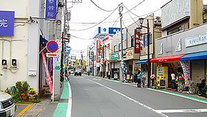 駅を背にして二手に分かれている左の商店街を進みます