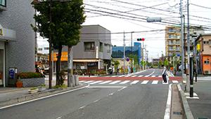 交差点を曲がり、一つ目の信号を左折します
